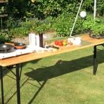 Outdoor kochen in der Gartenküche bestehend aus Bierzelt-Garnitur