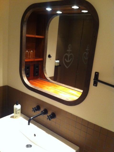 Ablageflächen in der Wand als Spiegelschrank für ein Waschbecken