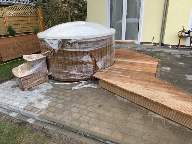 Badefass-Einfassung der Holzterrasse - Badetonne in die Terrasse eingelassen