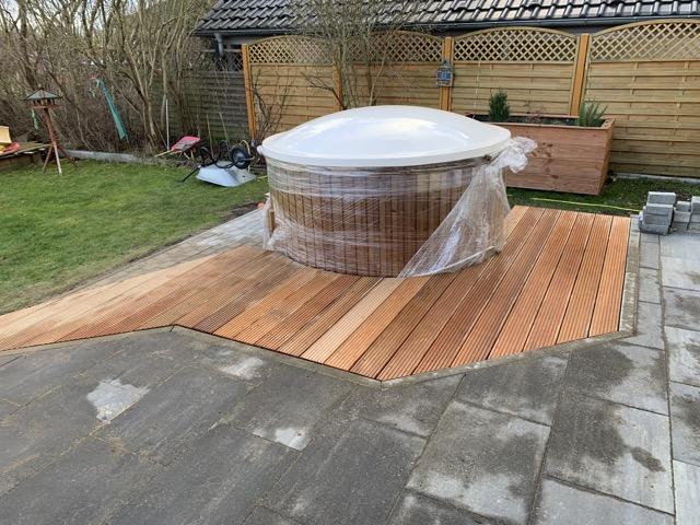 Badefass in Gartenterrasse aus Holz eingelassen (Badetonne, Zuber, Hot Tub)