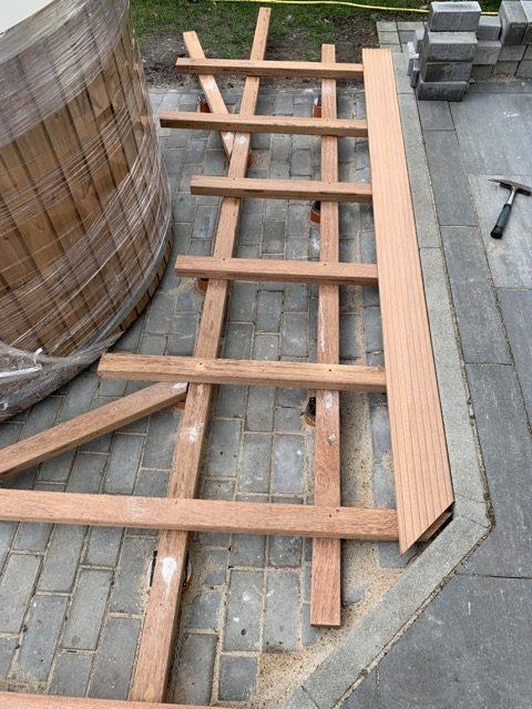 Runder Ausschnitt der Holzterrasse für den Badezuber