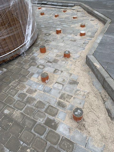 Betonpfosten mit Pflaster für Untergestell der Holzterrasse