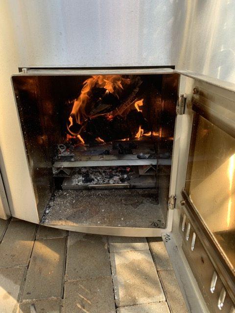 Badefass mit Holzofen - Feuer brennt