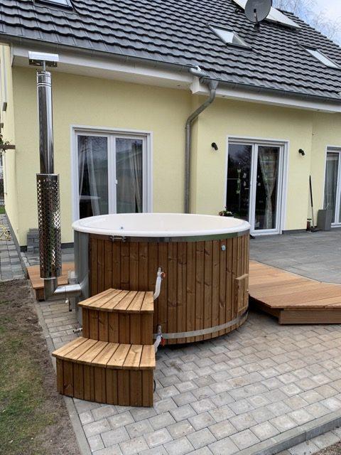 Badefass mit Holzofen und Schornstein - Badetonne / Zuber mit Holz zum heizen