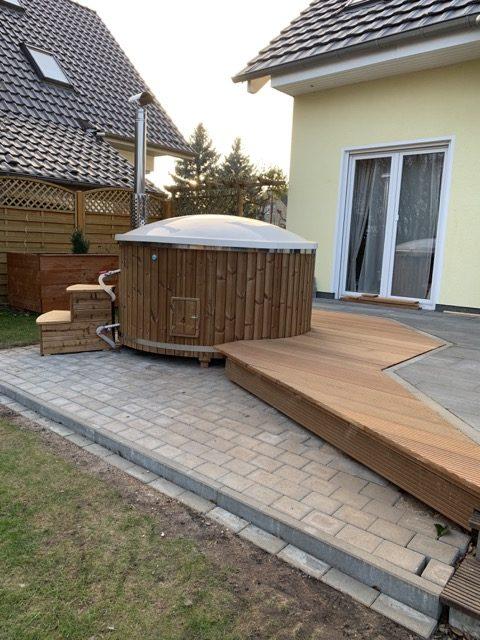 Badezuber / Badetonne im Garten mit Anschluss an die Terrasse