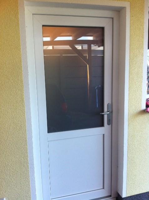 Nebeneingang im Hauswirtschaftsraum - Nebeneingangstür mit einem Glaseinsatz aus Milchglas