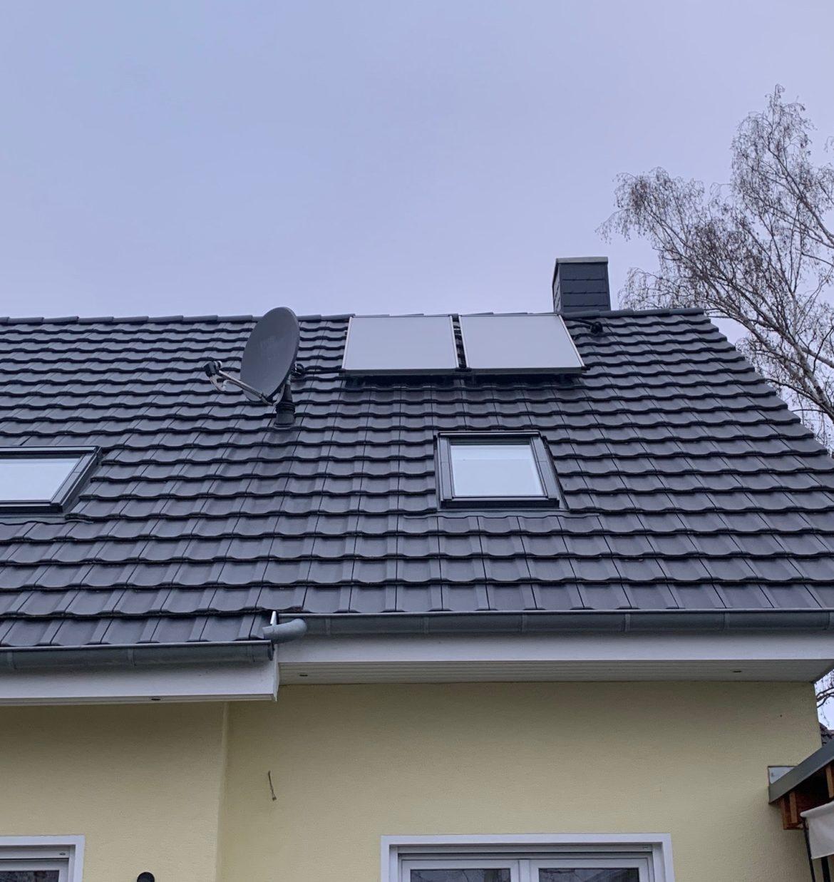 Solarpanel für Warmwasser auf dem Einfamilienhaus-Dach