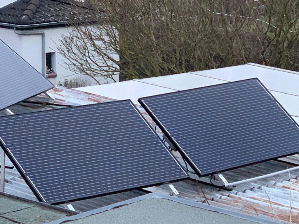 Solarpanel der Photovoltaik-Anlage auf dem Garagendach